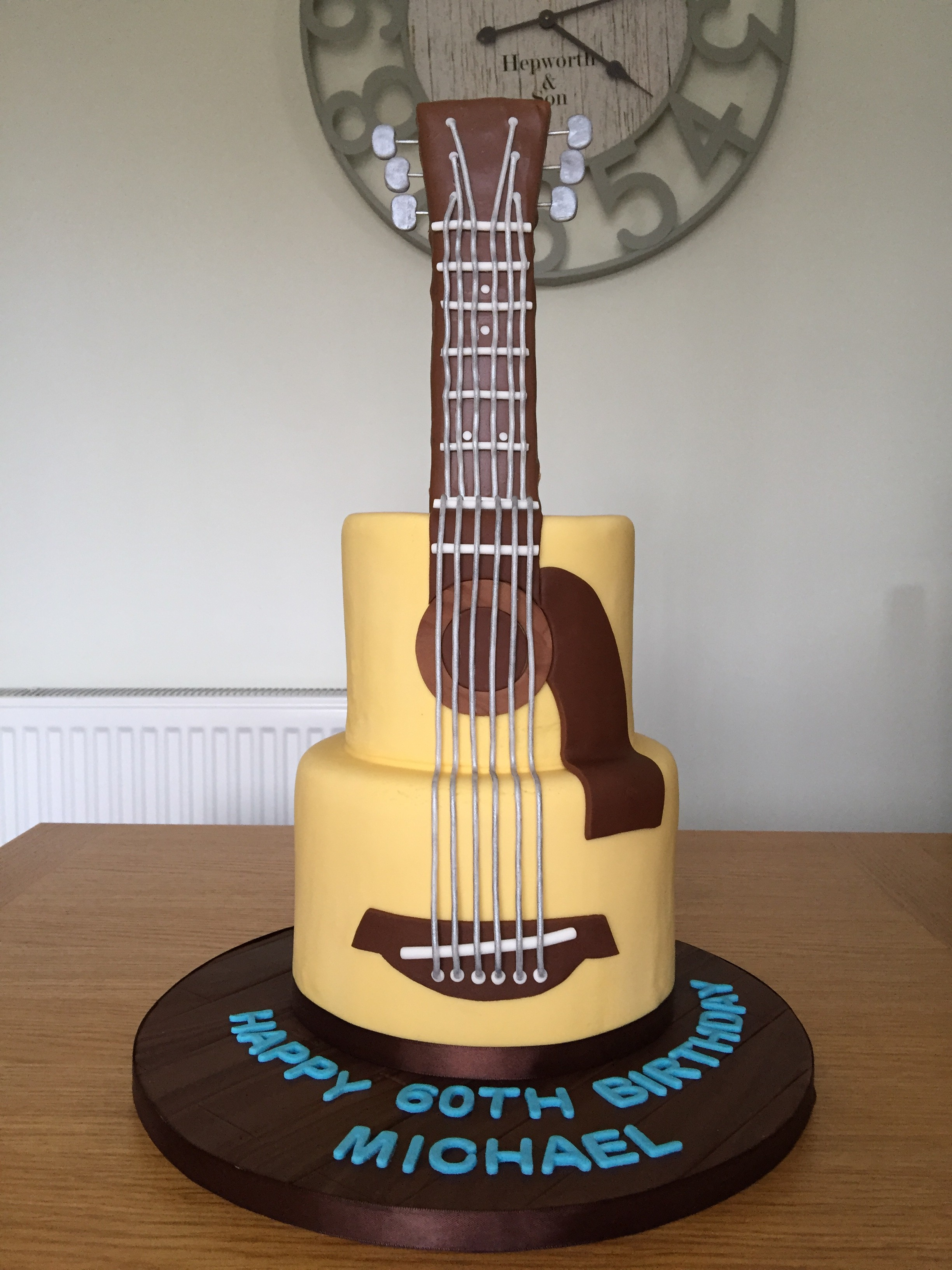 The finished guitar cake