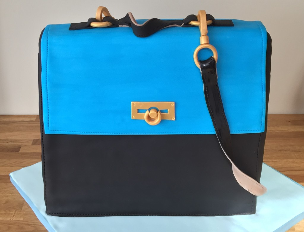 The finished handbag cake